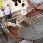 Im Bienenlabor beim Befüllen des Nassenheider Verdunsters mit 60%iger Ameisensäure